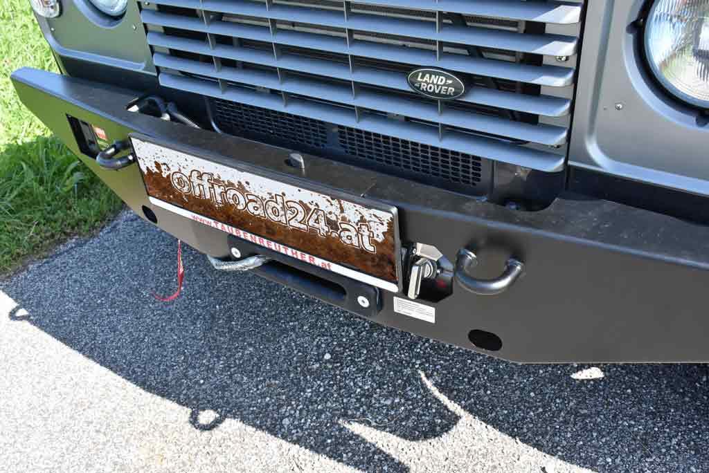 Land Rover Defender, Einsatzfahrzeug der Bergrettung, mit Seilwindenstoßstange