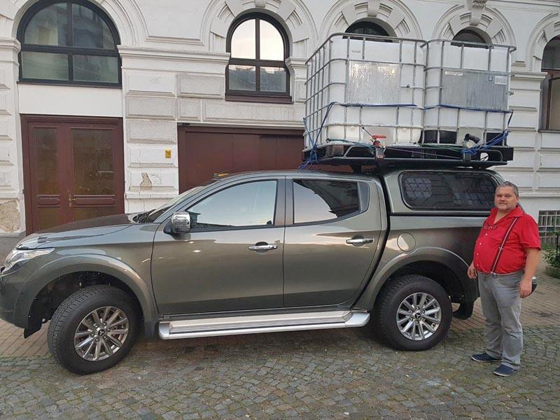 Mitsubishi L200 mit Ladegut am Dachträger