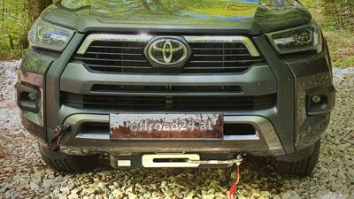 Toyota Hilux mit Seilwinde und Unterfahrschutz, umgebaut bei Taubenreuther